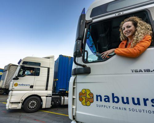 Vrouw in vrachtwagen